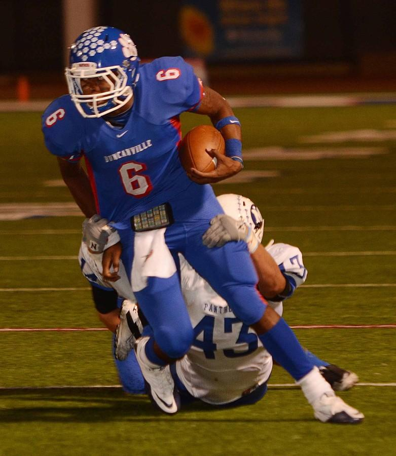 Quarterback+DeAndre+Grimes+dodges+a+Midlothian+tackle.+The+panthers+will+face+an+undefeated+Mansfield+Friday.+%28Chase+Apperson+photo%29