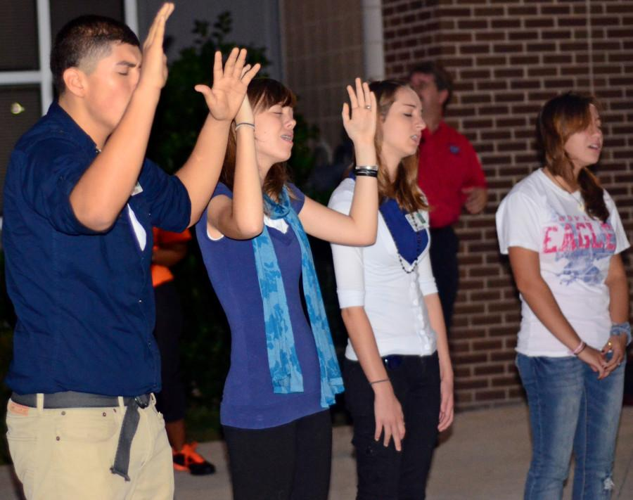 Students+gathered+to+pray+in+front+of+the+flagpole+at+6%3A30.+%28Omar+Orozco+photo%29