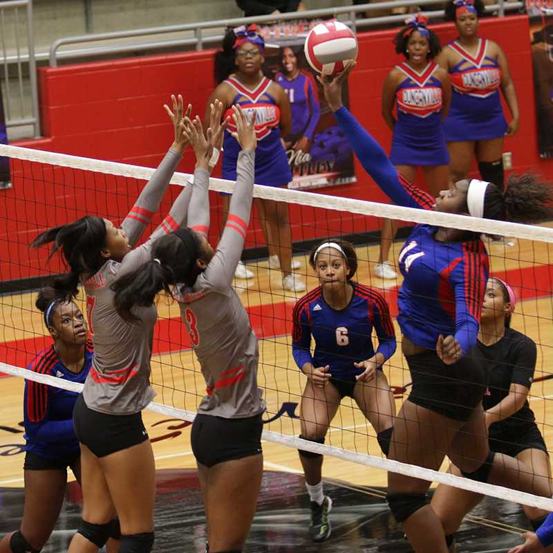 Senior blocker Ashlyn Bradley goes up against a tough Cedar Hill while her team awaits the return. (Giselle Lopez photo)
