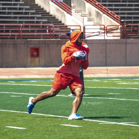 Suavevion Presley running after a catch during summer workouts.