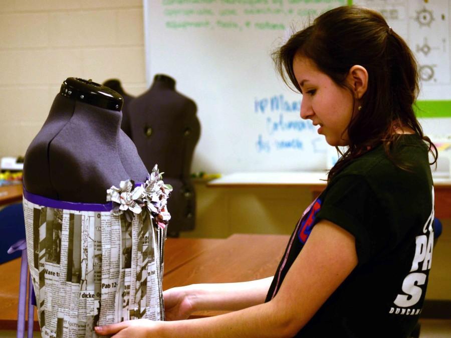 Video: Senior designs Unorthodox dress using newspapers