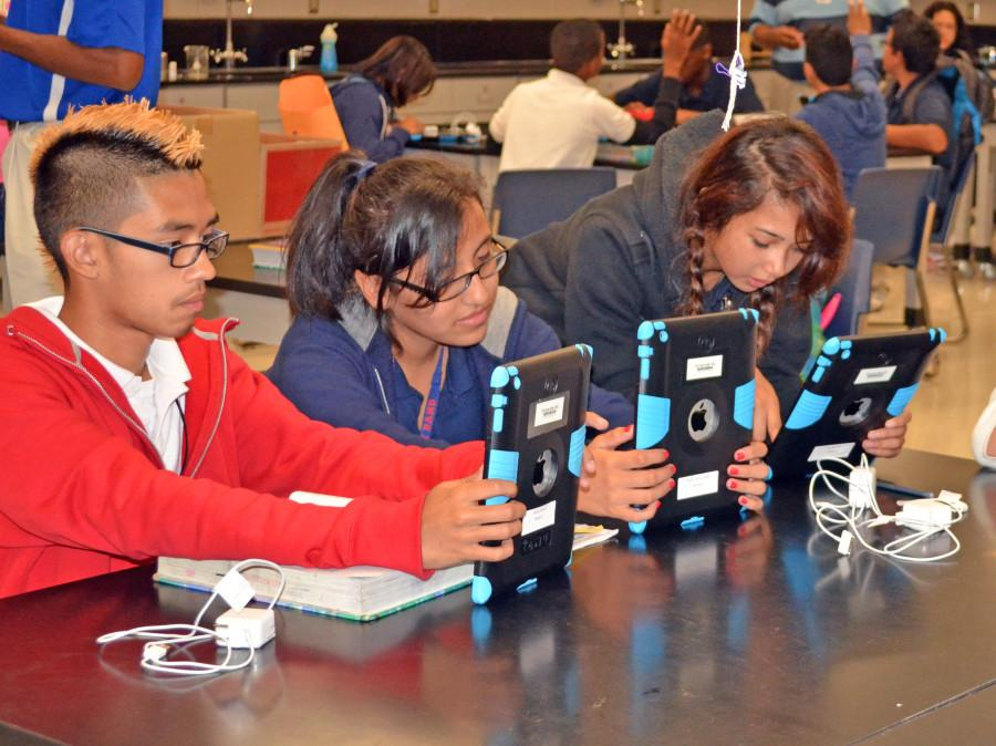 Students+receive+iPads+as+part+of+Project+Based+Learning