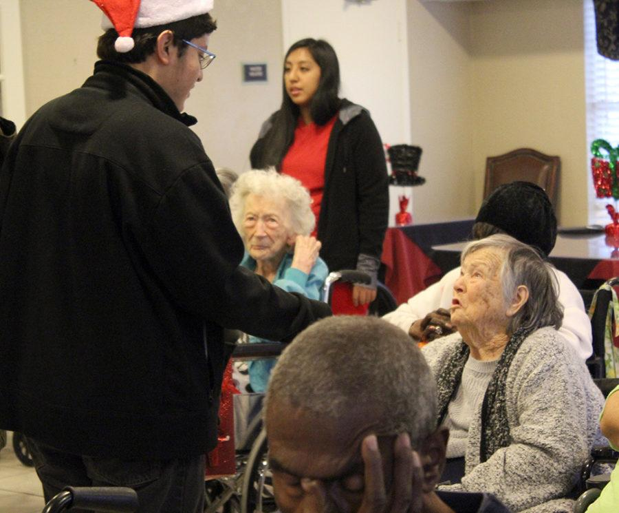 Students+from+the+Duncanville+High+School+Interact+club+visited+the+Laurenwood+nursing+home+to+spread+some+holiday+cheer.+%28Gloria+Ogonlade+photo%29