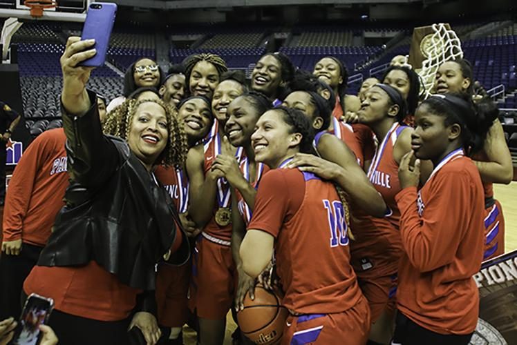 DHS+principal+Tia+Simmons+snaps+a+selfie+with+the+team+after+the+Pantherettes+win+the+6A+State+Championship.+%28Jose+Sanchez+photo%29